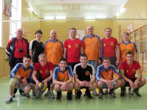 Две команды после игры в волейбол