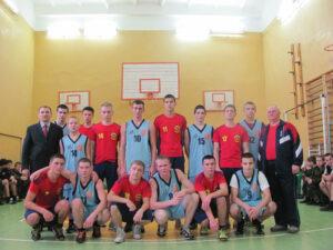Две команды после игры в баскетбол